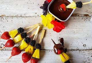 Mini-brochettes de fruits tricolores