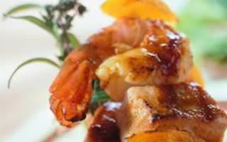 Brochette met scampi en tonijn, gemarineerd in curry