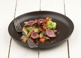 Red cooked beef met gewokte wortel- en koolgroenten